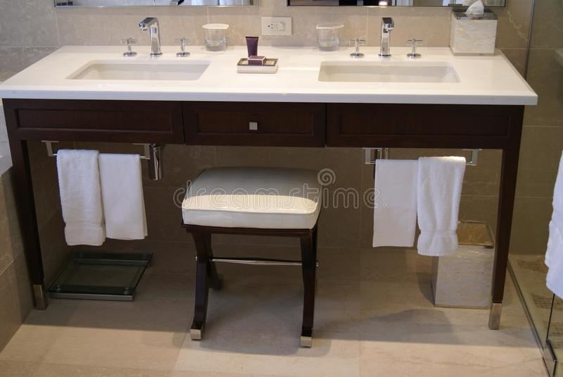 Ręki obmycia baseny i toiletries obrazy stock