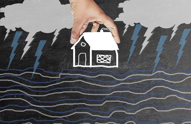 Ręki ochrania dom w złą pogodę obrazy stock