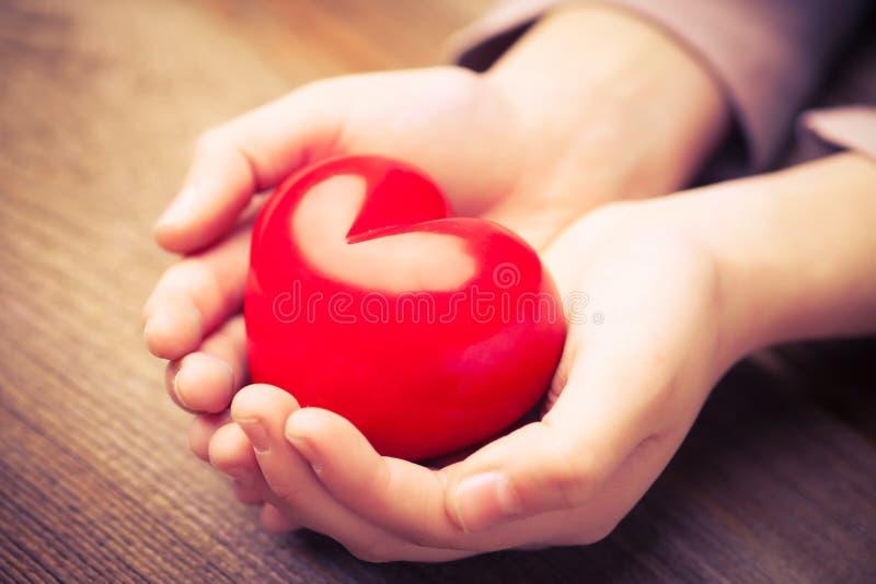 Ręki ochraniają serce zdjęcie royalty free