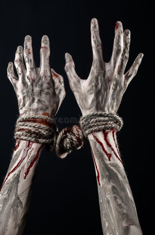 Ręki odskakują, krwiste ręki, błoto, arkana, na czarnym tle uprowadza, odizolowywają, żywy trup, demon zdjęcia royalty free