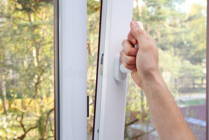 Ręki otwarty plastikowy okno obrazy stock