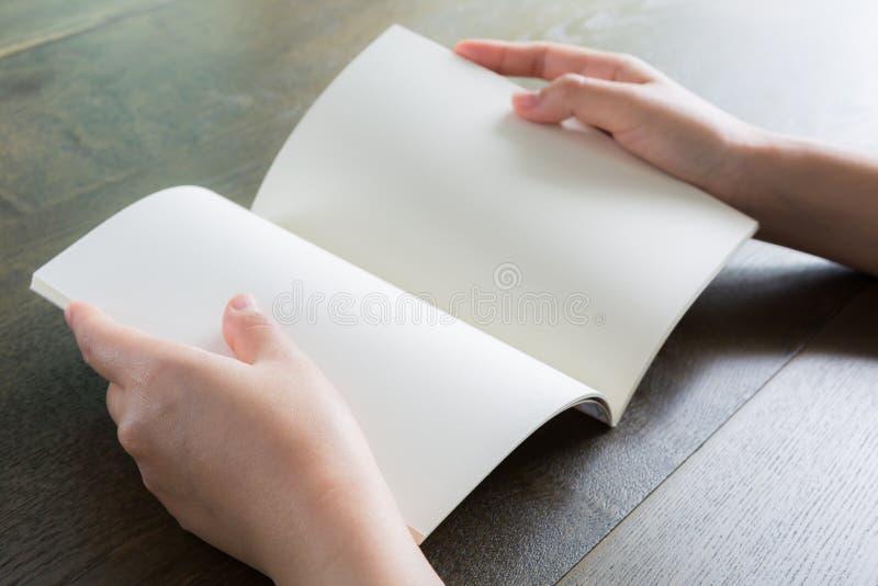 Ręki otwierają książkę zdjęcia stock