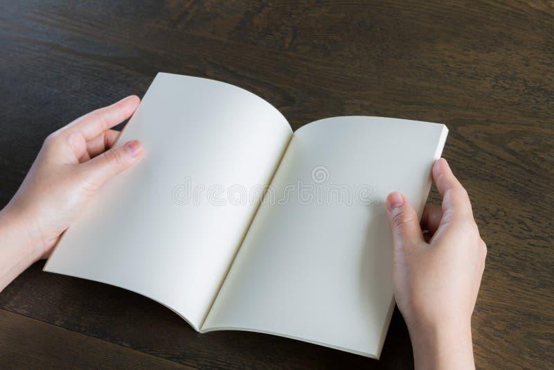 Ręki otwierają książkę obraz royalty free