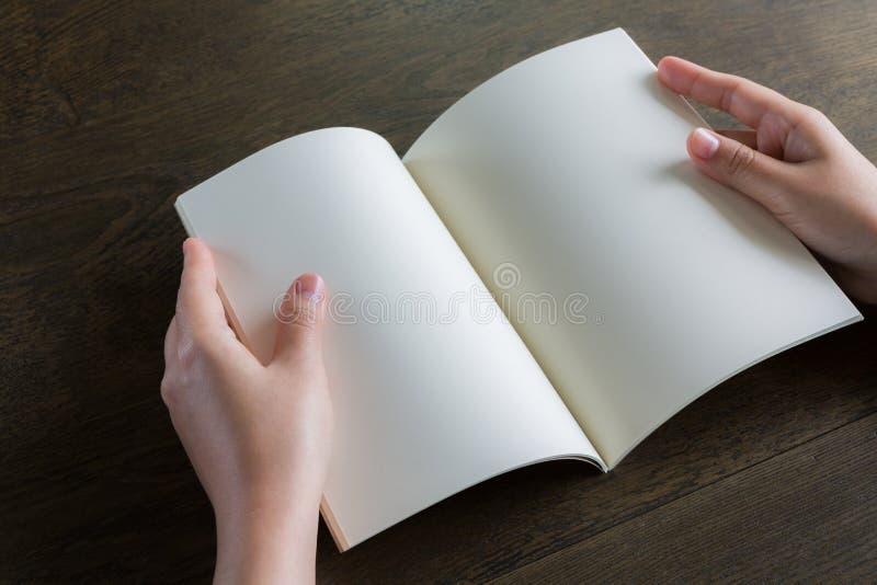 Ręki otwierają książkę fotografia royalty free