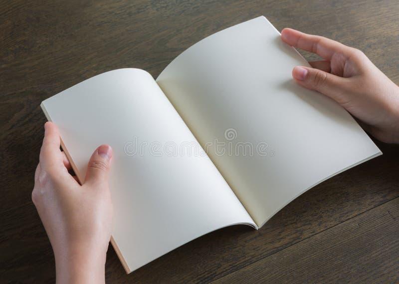 Ręki otwierają książkę obrazy royalty free