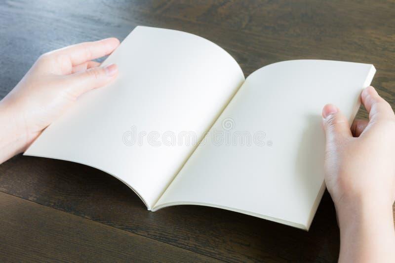 Ręki otwierają książkę zdjęcie stock