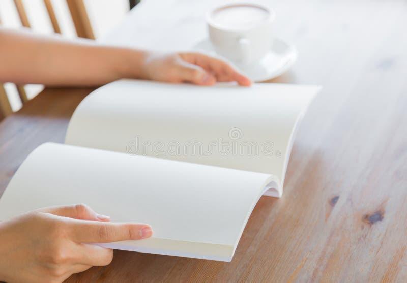 Ręki otwierają Pustego katalog, magazyny, książka egzamin próbny up na drewno stole zdjęcia stock