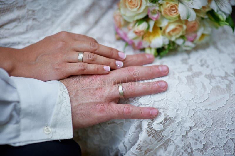 Ręki państwo młodzi z pierścionkami zdjęcia stock