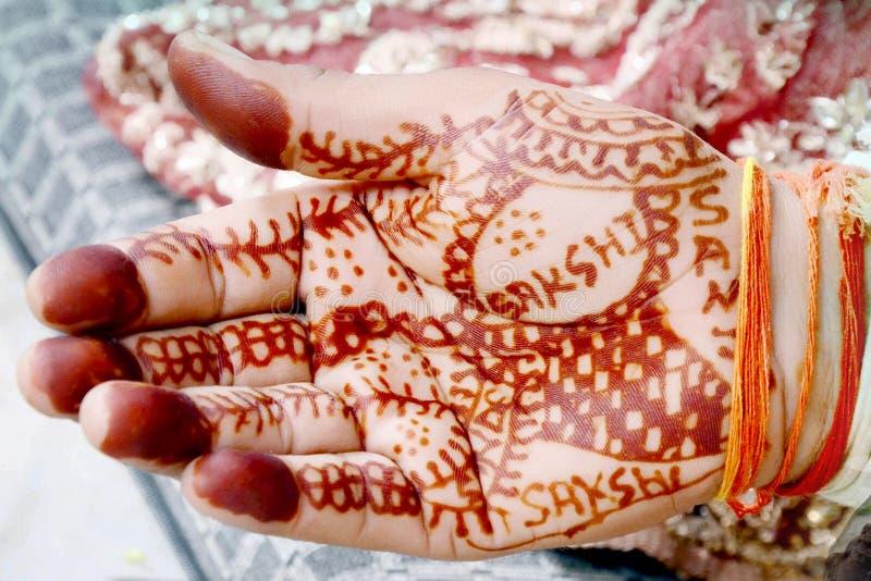 Ręki panna młoda podczas gdy wykonujący ślubnych rytuały zdjęcia royalty free