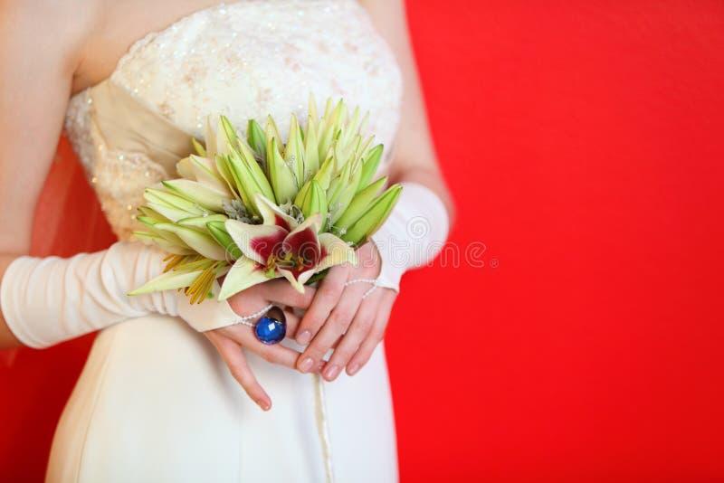 Ręki panny młodej chwyta bukiet zdjęcia stock