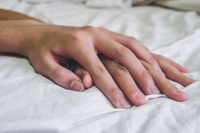 Ręki para kochanka płeć na łóżku, pojęcie o miłości, płeć i zdjęcia royalty free
