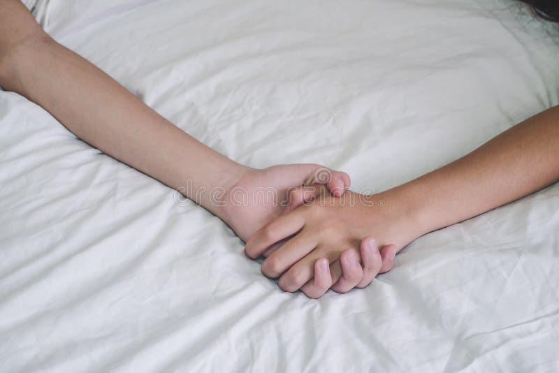 Ręki para kochanka płeć na łóżku, pojęcie o miłości, płeć i zdjęcia stock
