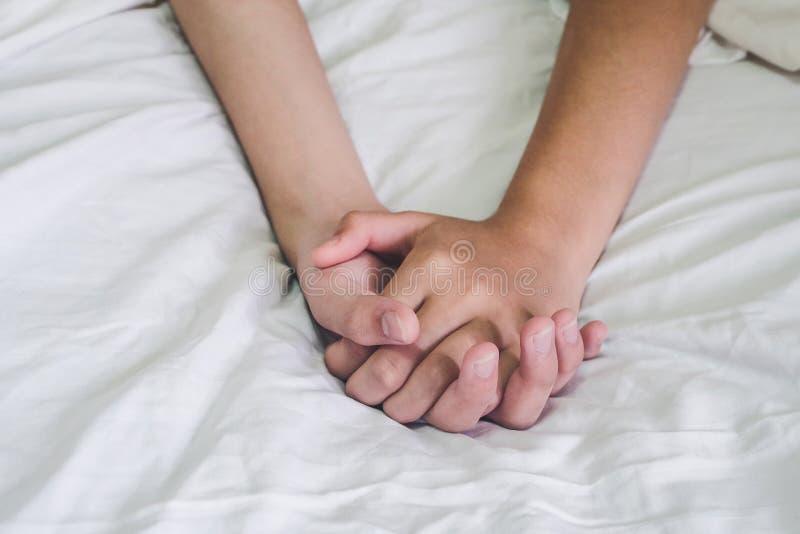 Ręki para kochanka płeć na łóżku, pojęcie o miłości, płeć i obraz stock