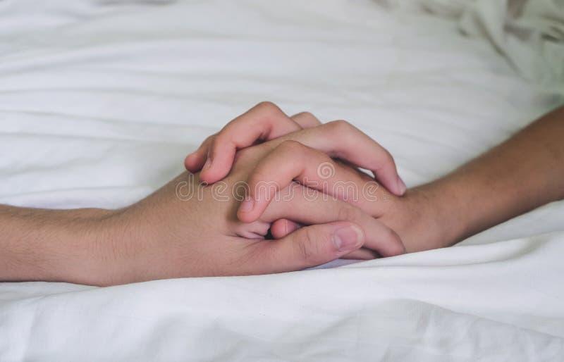 Ręki para kochanka płeć na łóżku, pojęcie o miłości, płeć i zdjęcie royalty free