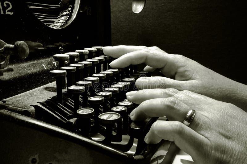 Ręki pisać na maszynie na starej maszyna do pisania klawiaturze obrazy royalty free