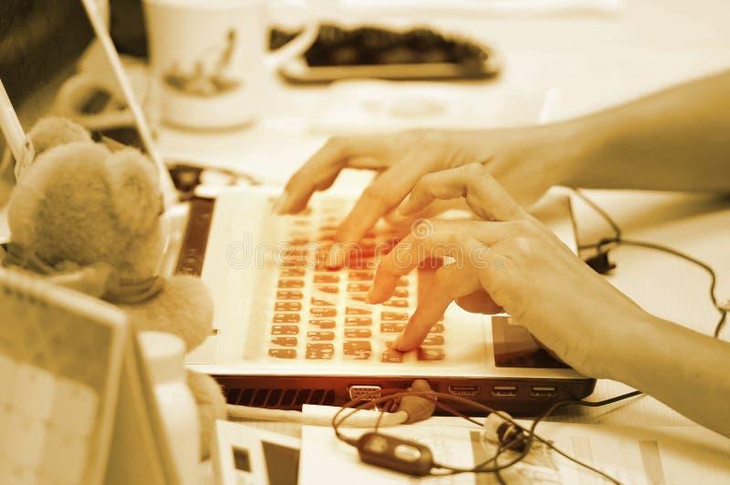 Ręki pisać na maszynie zbyt szybko na laptopu biznesie obrazy stock