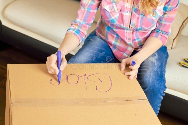Ręki pisze na kartonie obrazy stock