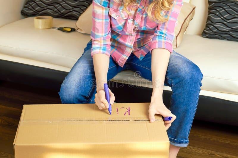 Ręki pisze na pudełku obraz royalty free