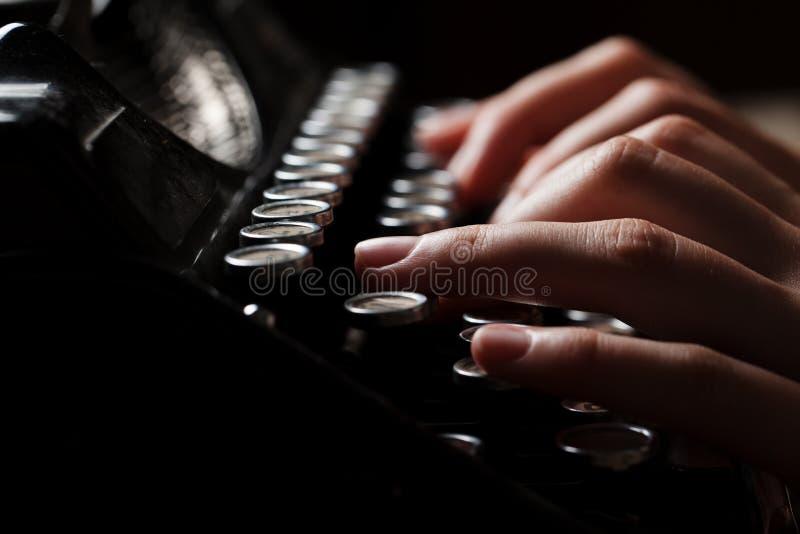 Ręki pisze na starym maszyna do pisania nad drewnianym stołem zdjęcia stock