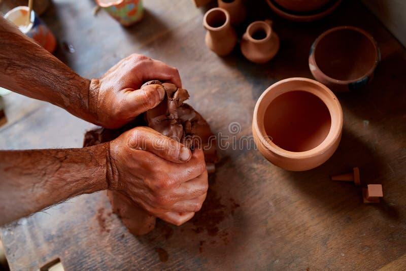 Ręki pleśnieje glinę w ceramicznym warsztacie męska garncarka, zakończenie, selekcyjna ostrość zdjęcia royalty free