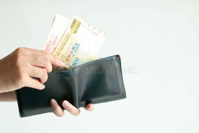Ręki podnosi Hong Kong pieniądze Dolarowy Hong Kong lub HKD od portfla dla płacić zdjęcie stock