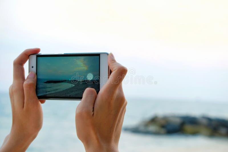Ręki podróżnik dziewczyna bierze fotografię zdjęcie royalty free