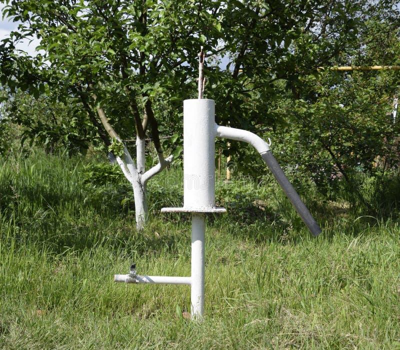 Ręki pompa prowadzi artesian well zdjęcia stock