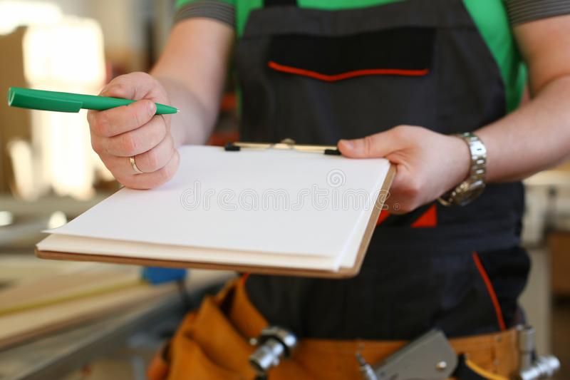 Ręki pracownik oferty schowek z zielonym piórem zdjęcia royalty free