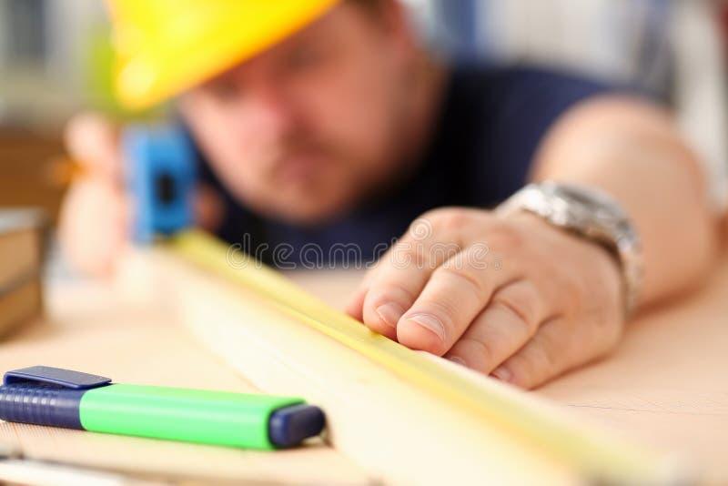 Ręki pracownika pomiarowy drewniany prętowy zbliżenie fotografia royalty free