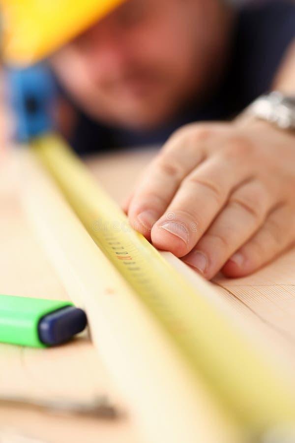 Ręki pracownika pomiarowy drewniany prętowy zbliżenie obrazy stock