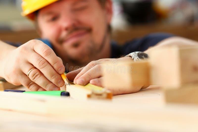Ręki pracownika pomiarowy drewniany prętowy zbliżenie zdjęcie stock