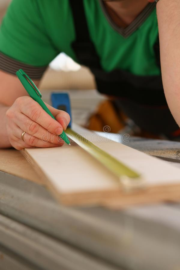 Ręki pracownika pomiarowy drewniany prętowy zbliżenie obraz stock