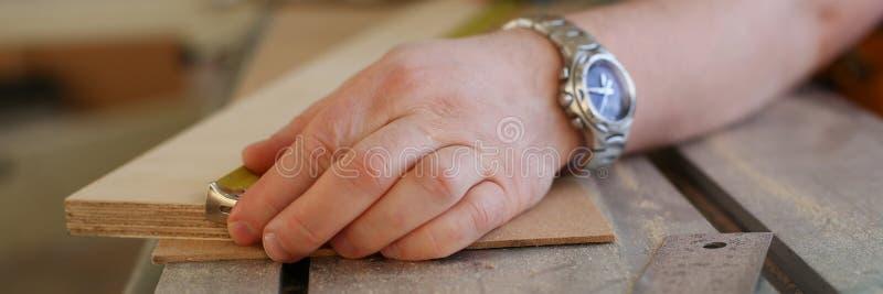 Ręki pracownika pomiarowy drewniany prętowy zbliżenie fotografia stock