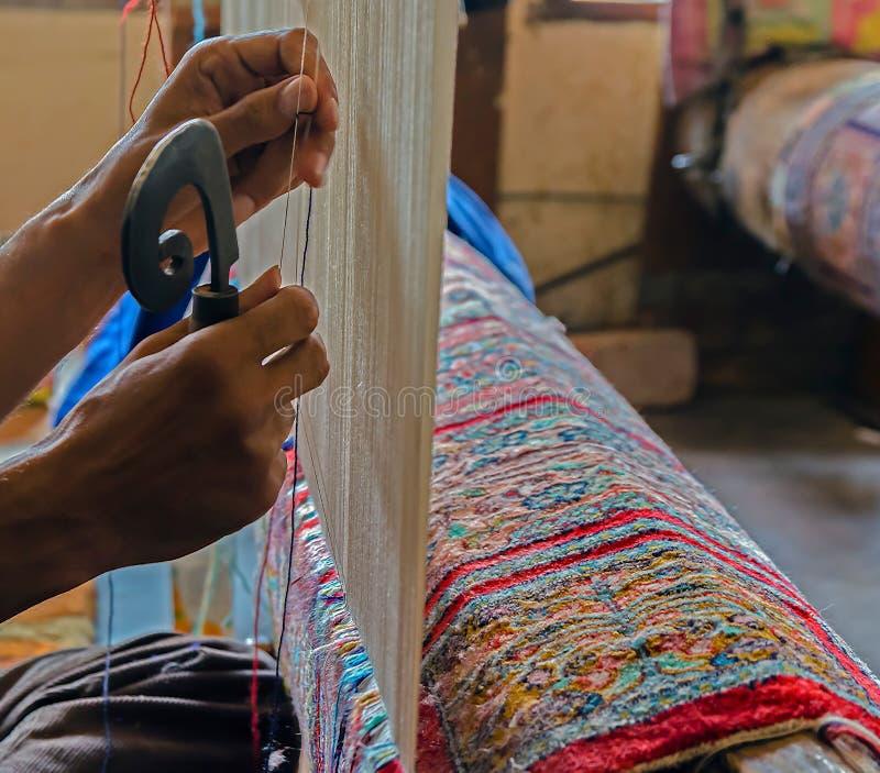 Ręki pracuje przy jeden perskim dywanem, Srinagar, Jammu i Kaszmir, obraz royalty free