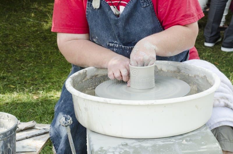 Ręki pracuje przy miotania kształtować i kołem żeńska garncarka obraz stock