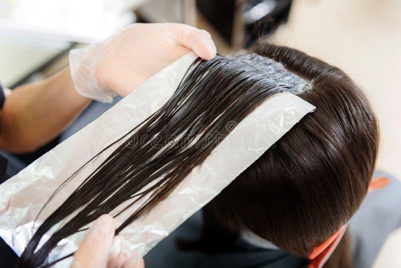 Ręki pracuje w zakładzie fryzjerskim stylista obraz royalty free