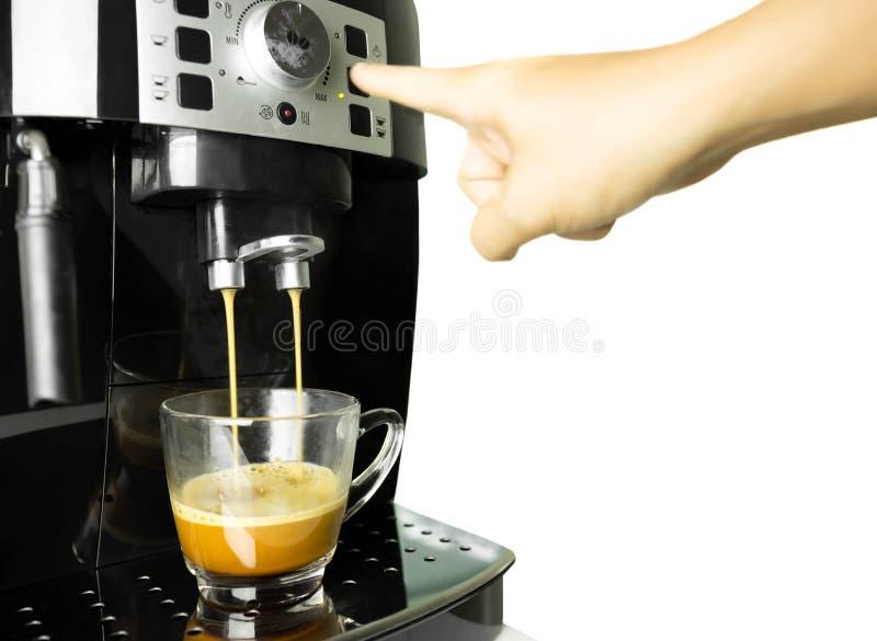 Ręki prasowa kawowa maszynowa robi filiżanka kawy odizolowywająca obraz royalty free