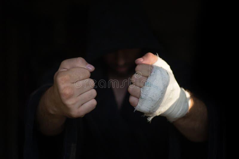 Ręki Pro bokser z bandażem na pięściach przed walką Fachowy wojownik przygotowywa w szatni przedtem fotografia royalty free