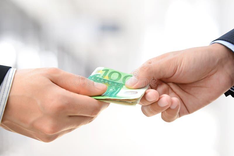 Ręki przechodzi pieniądze - euro rachunki (EUR) zdjęcie stock
