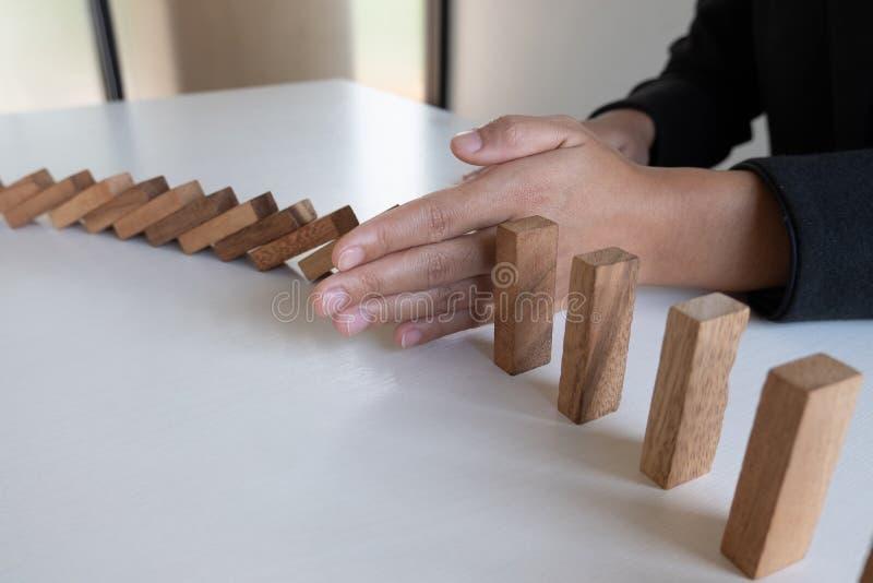 Ręki przerwa blokuje drewnianą grę, uprawia hazard umieszczający drewnianego blok Pojęcia ryzyko zarządzanie i strategia planujem obraz stock