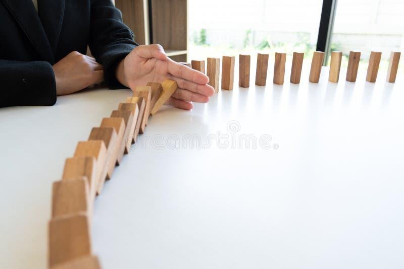 Ręki przerwa blokuje drewnianą grę, uprawia hazard umieszczający drewnianego blok Pojęcia ryzyko zarządzanie i strategia planujem zdjęcie stock