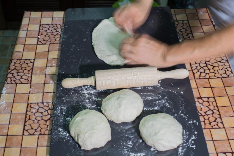 Ręki przygotowywają domowej roboty baguettes fotografia stock