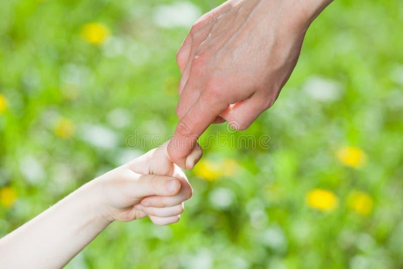 Ręki rodzic i dziecko trzyma wpólnie zdjęcie stock