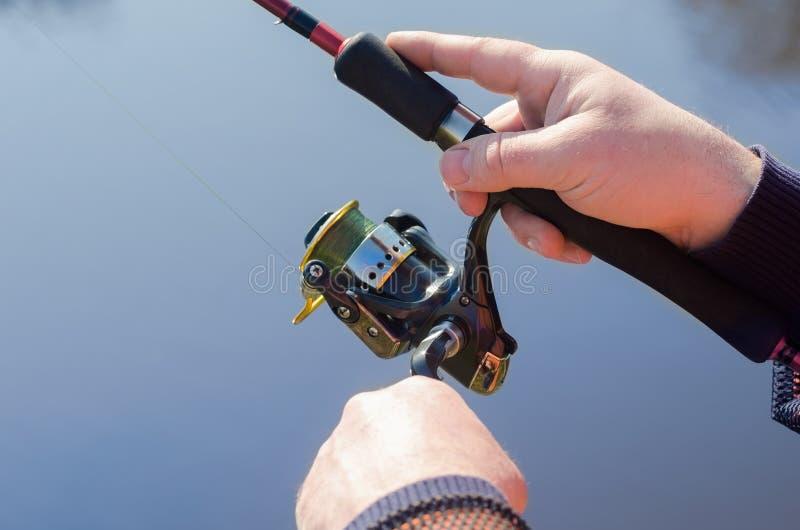Ręki rybak z przędzalnictwem zdjęcie stock