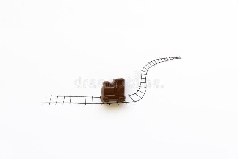 Ręki rysunkowa kolej z czekolada pociągu zabawką Minimalny, kreatywnie, podróż lub jedzenie sztuki pojęcie, kosmos kopii obrazy royalty free