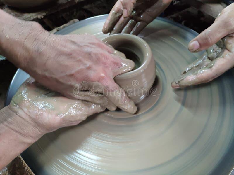 Ręki sculpting glinę w pragnącego kształt Jest jeden proces robi? garncarstwu obrazy royalty free