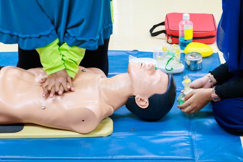 Ręki serca pompa z medyczną atrapą na CPR, w przeciwawaryjnym refresher szkoleniu asysta lekarz zdjęcie stock