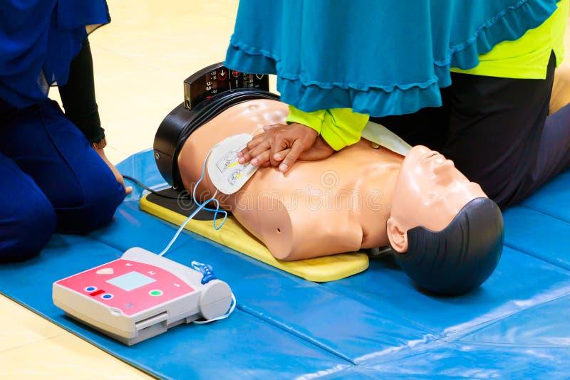 Ręki serca pompa z medyczną atrapą na CPR, w przeciwawaryjnym refresher szkoleniu asysta lekarz fotografia stock
