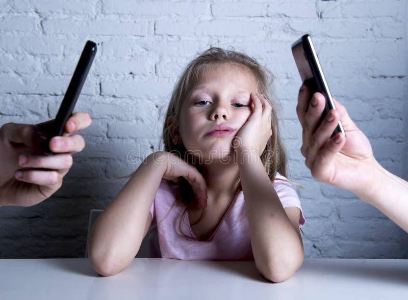Ręki sieć nałogowiec zaniedbywa małej smutnej zignorowanej córki zanudzającej wychowywają używać telefon komórkowego zdjęcia royalty free