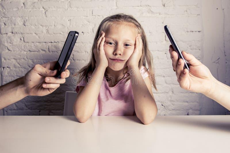 Ręki sieć nałogowiec zaniedbywa małej smutnej zignorowanej córki zanudzającej wychowywają używać telefon komórkowego obraz royalty free